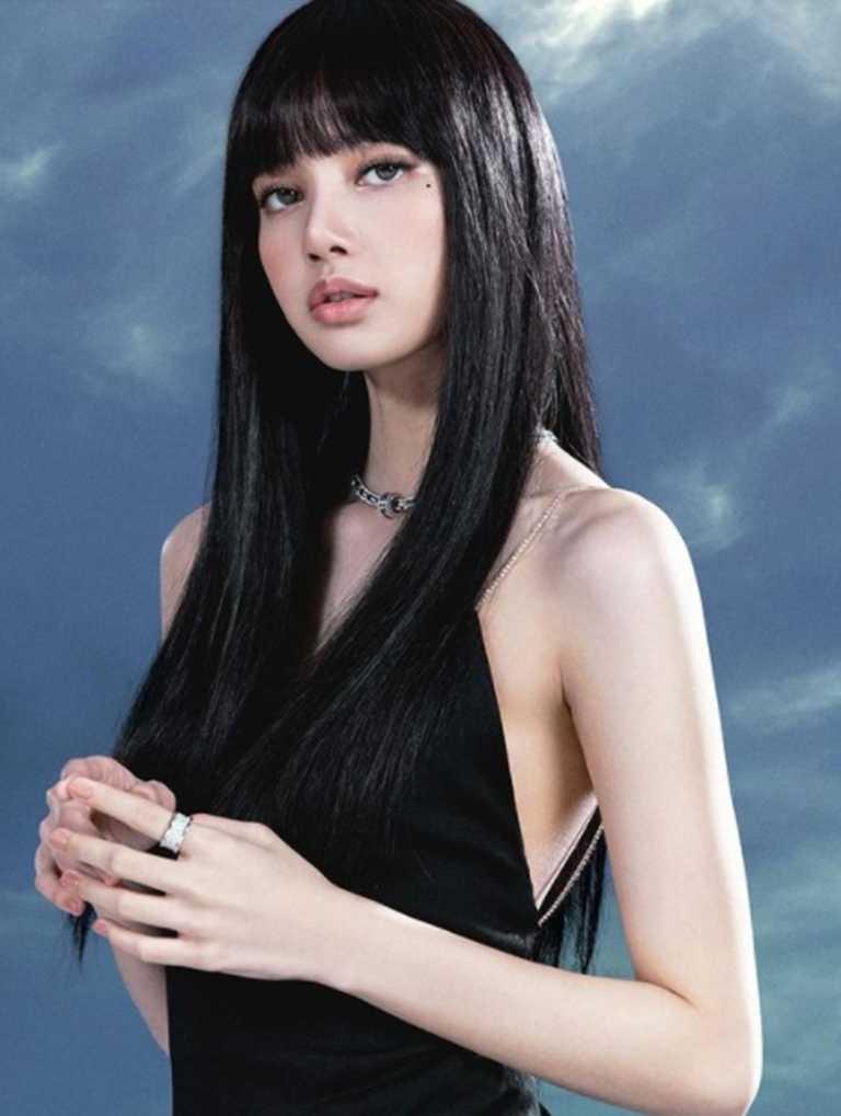韓國音樂天團BLACKPINK成員LISA,佩戴寶格麗全新「B.zero1 Rock Chain」系列白K金鑽石項鍊,演繹迷人成熟韻味。(圖╱翻攝自IG@LALALALISA_M)