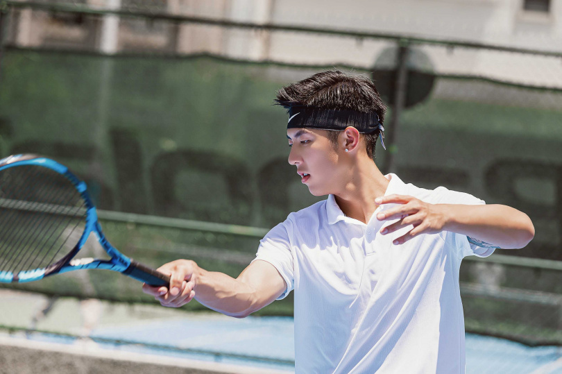 劉丞擁有國際網球教練執照,加上外型帥氣,有阿姨級學生甘願浪費鐘點費跟他聊天。(圖/艾迪昇傳播提供)