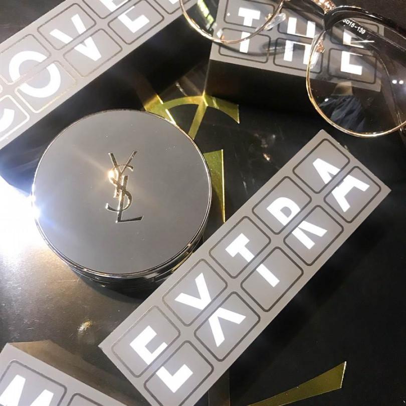 黑銀色特霧粉盒,霸氣逼人,超時尚外觀讓人好想炫耀!YSL NEW恆久完美特霧氣墊粉餅14g,共5 色/2,300元