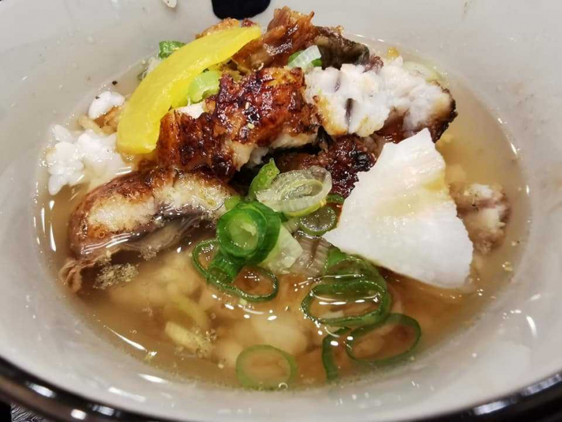 鰻魚三吃的最後會加入高湯,變成湯泡飯。(圖/三河屋提供)