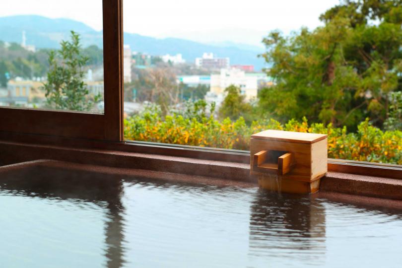 此地為全日本蘊含最多溫泉水的地方,湧泉數量高居日本之冠,為世界最大的可入浴露天礦泥溫泉,還擁有高達十種不同性質的溫泉。