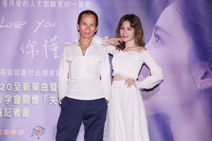 60多歲的陳爸爸今天也特別到場祝福女兒陳曼青(右)發片。(圖/張祐銘攝)