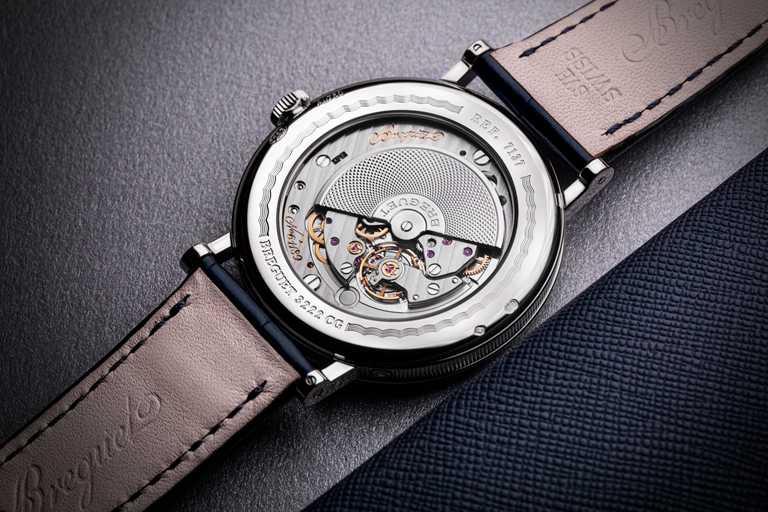 透過BREGUET「Classique 經典系列7137月相腕錶」錶背的藍寶石水晶底蓋,可欣賞以手工裝飾的自動上鏈超薄機芯。(圖╱BREGUET提供)