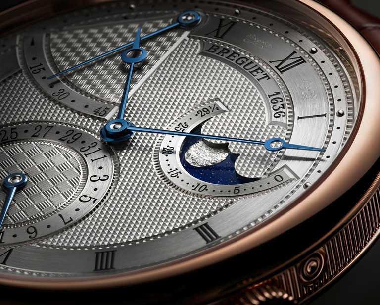 BREGUET「Classique經典系列7137月相腕錶」的主錶盤佈局採用巴黎釘紋,動力儲存顯示綴以籃紋,日期顯示飾有棋盤格紋。(圖╱BREGUET提供)