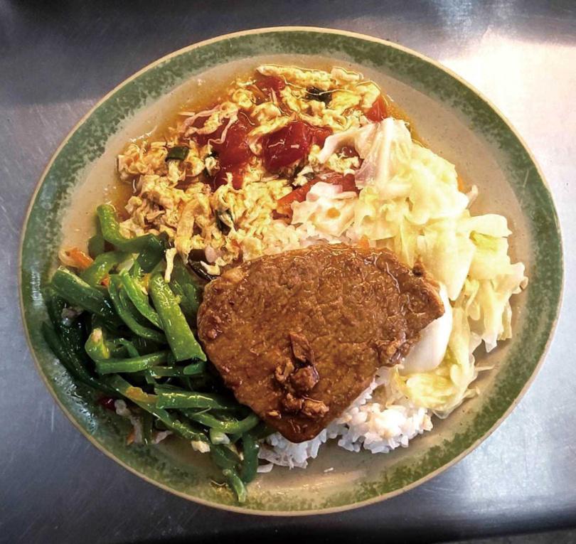 自選三樣配菜的「燒肉便當」,經濟實惠。(50元)