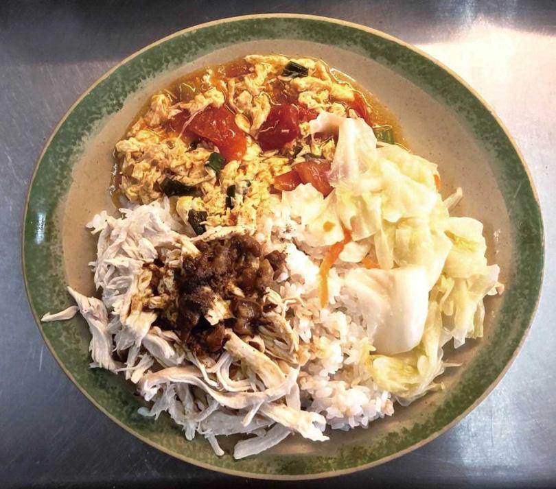 雞胸肉手拆撕而成的「雞絲飯」,可口美味。(40元)