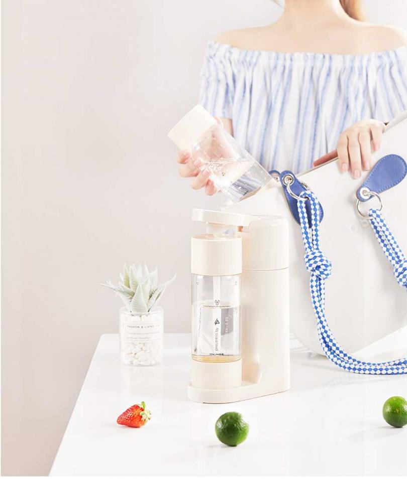 製作好的氣泡飲,只要換裝密封上蓋就可以帶著走,方便攜帶,只要旋緊瓶蓋,一整天喝起來都會有氣泡的口感。(圖/品牌提供)