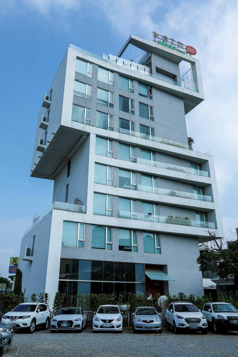 「承億文旅-桃城茶樣子」的飯店外觀設計靈感,來自錯落堆疊的茶箱。(圖/林士傑攝)