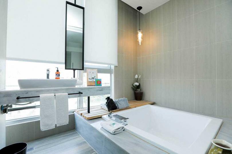 簡約素雅的客房浴室,可享受以茶湯入浴的舒服感。(圖/林士傑攝)