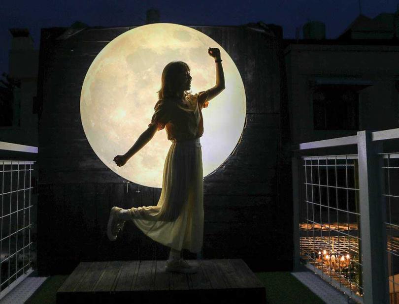 巨型月亮經過特殊設計,拿出手機聚焦月亮,就能捕捉到絕美的剪影照。(圖/林士傑攝)