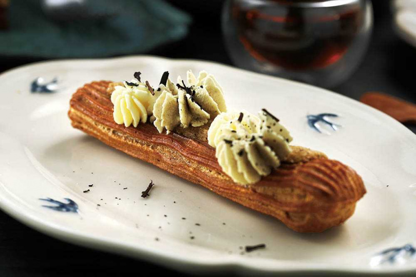 「焙茶口味閃電泡芙」的焙茶乳霜裡,用心地加入桂花釀鮮奶油提味。(130元/份)(圖/于魯光攝)