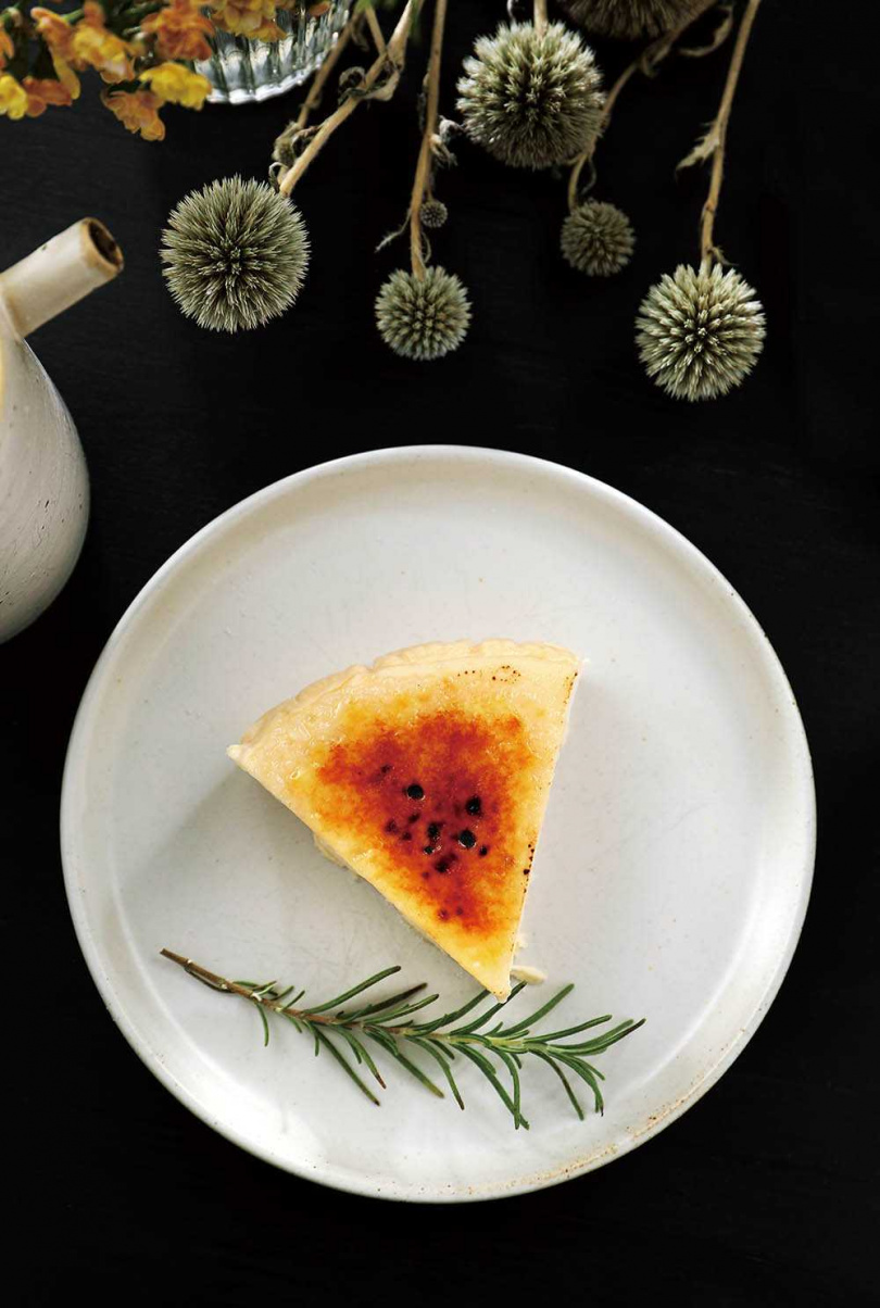 口感介於布丁與乳酪蛋糕之間的「起司布蕾蛋糕」,表層焦糖經炙燒形成薄脆的糖片。(150元/片)(圖/于魯光攝)