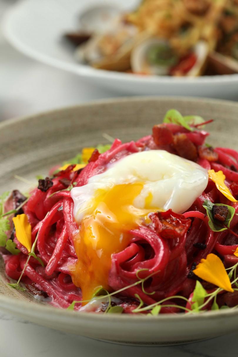 兼具視覺與味覺的「粉紅色蛋蛋義大利麵」,好拍又美味。(280元)