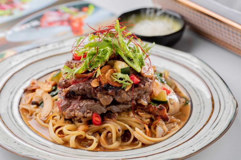 「蒜味肋眼牛細扁麵」的牛肉嫩度適中,還可加上起司添味。(420元)