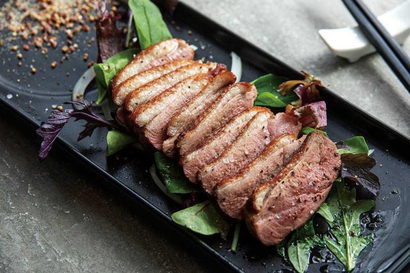 「鴨胸冷盤」上桌前以小火慢煎逼出油脂,再加白蘭地用大火嗆鍋,嫩度與香氣兼具。(250元)(圖/焦正德攝)