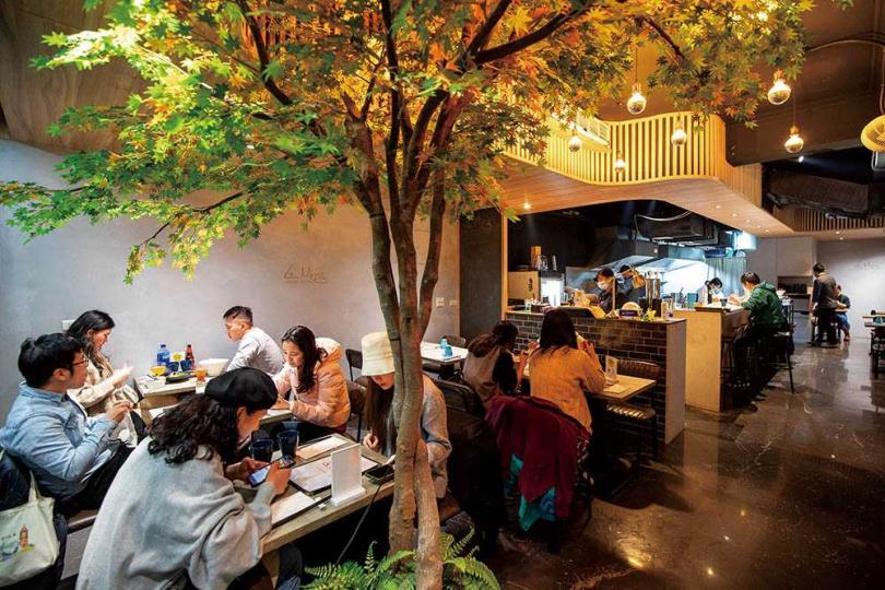 首店在新北林口的「Le Ming麵食精釀餐酒館」,去年插旗台北捷運中山站周邊商圈開設分店。(圖/焦正德攝)