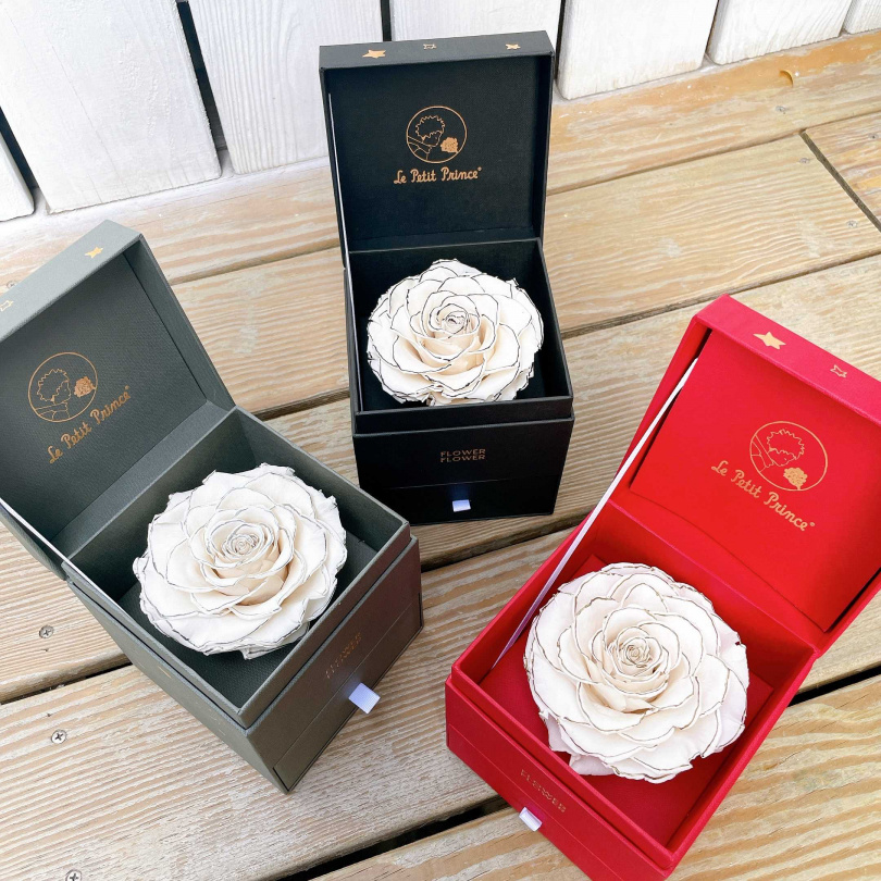 三款鑲邊的超美限量「厄⽠多緞⾯永恆玫瑰」,超級有小香風!FLOWER FLOWER花的厄瓜多永恆玫瑰花花禮/2,580元。(圖/黃筱婷攝影)