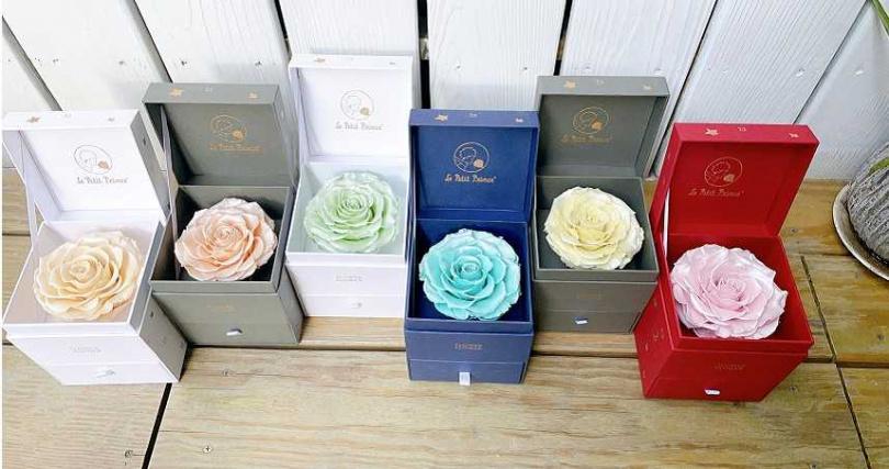推出全新6款限量「厄⽠多緞⾯永恆玫瑰」。FLOWER FLOWER花的厄瓜多永恆玫瑰花花禮/2,580元。(圖/黃筱婷攝影)