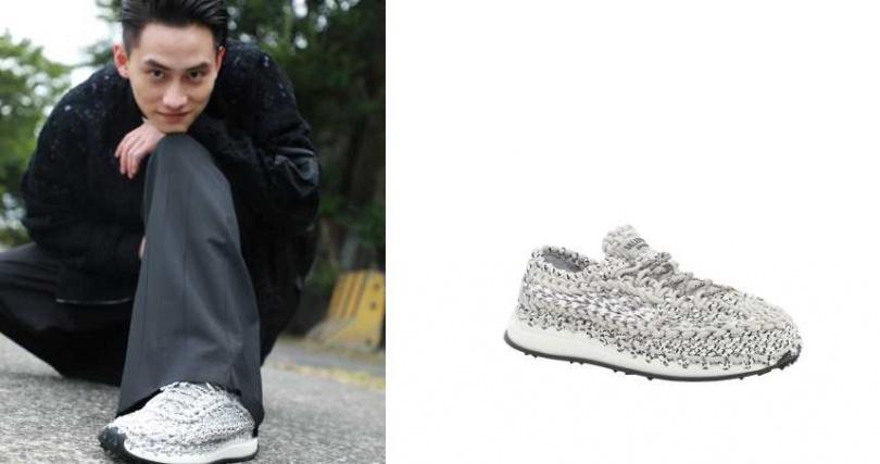 新生代男神范少勳也換上 Valentino 的鉤織運動鞋,展現夏日的輕鬆氛圍。Valentino Garavani Crochet灰白色鉤織運動鞋/36,000元(圖/品牌提供)