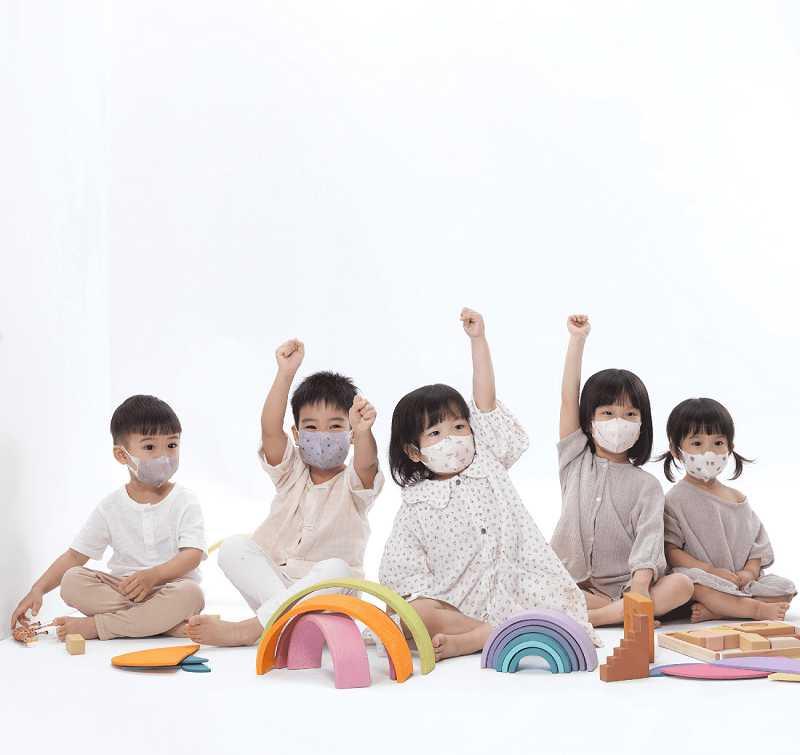 3款親子款「3D立體兒童醫用口罩」以清新溫柔的莫蘭迪色系搭配魔幻鬱金香、活力橄欖花和毛絨寶貝熊,讓爸媽小孩一起時尚亮相。(圖/品牌提供)