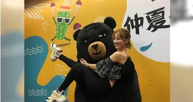 觀光局吉祥物喔熊,把夏語心一手抱起。(攝影/林俐瑄)