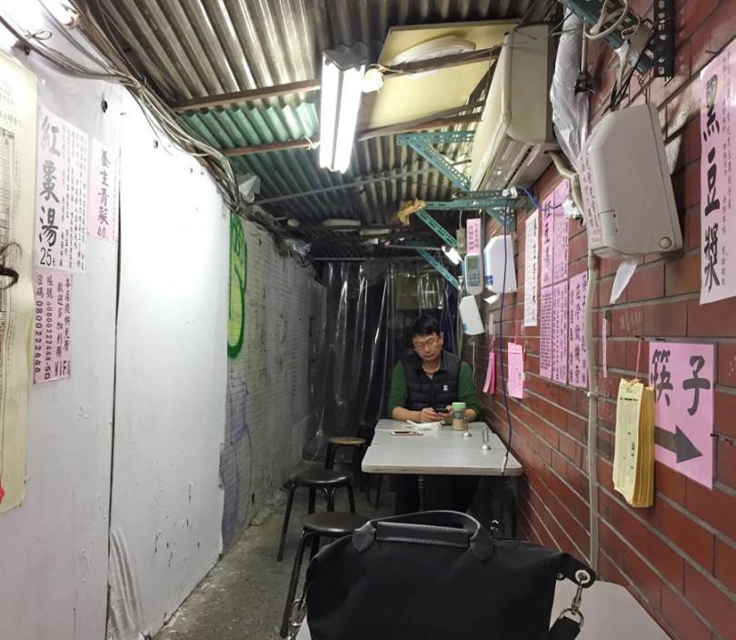 這個隱密的巷子,窄到瓦斯桶都差點過不去的小吃店,牆上、櫃子標語大有樂趣!