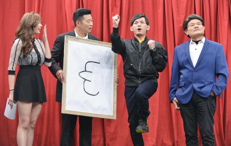 衛視中文台《瘋神無雙》黃子佼(右二)跟許效舜(右一)同台,演出中不忘發喜帖,左起為Mia、馬力歐。(圖/衛視中文台提供)