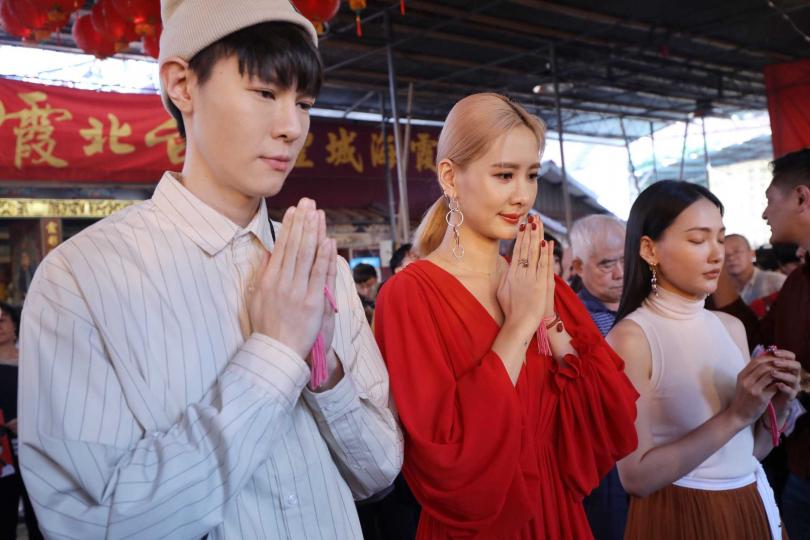 右起吳珝陽、安心亞、林映唯,一同《墜愛》到迪化街霞海城隍廟拜月老。(攝影/張祐銘)