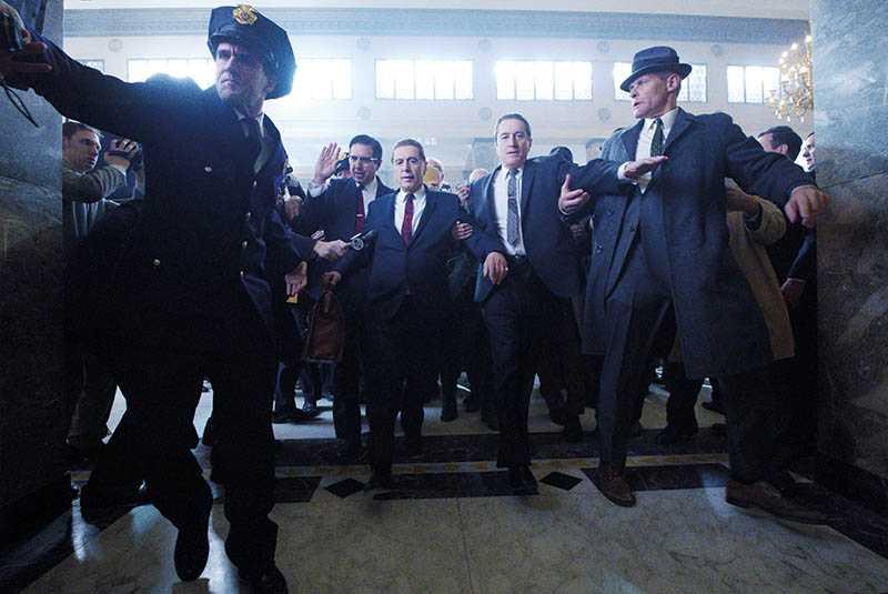 講述黑幫故事的《愛爾蘭人》,集結勞勃狄尼洛和艾爾帕西諾等資深演員互飆演技。(圖/Netflix提供)