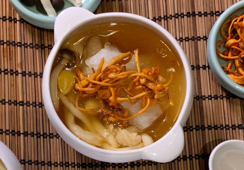 蟲草山藥燉雞湯。(圖/台北新板希爾頓酒店青雅中餐廳提供)