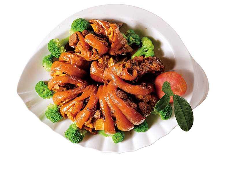 「美鳳的家」招牌創意菜「紅酒煨豬腳」,很受饕客喜愛。(預約桌席6,000元/10~14道菜)(圖/美鳳的家提供)