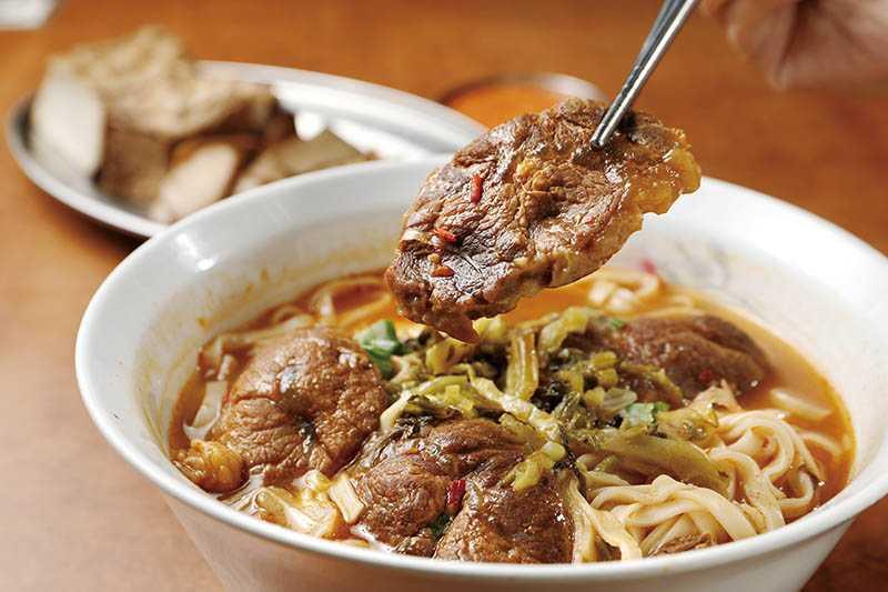 當地人推薦的老牌「沈記牛肉麵」,澳洲牛腱肉現煮Q彈,紅燒湯頭香醇開胃。(85元/小碗,110元/大碗)(攝影/于魯光)