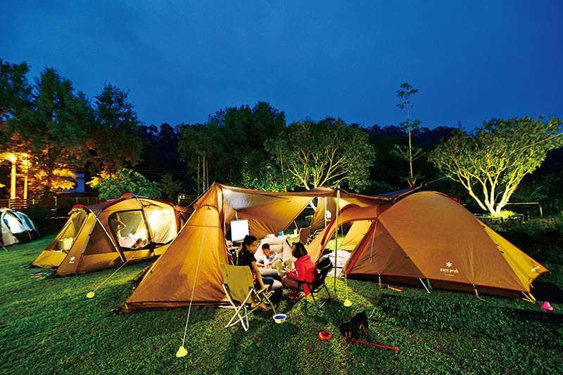 「樂窩露營區」草坪、雨棚架設完善,吸引親子同遊。(圖/樂窩提供)