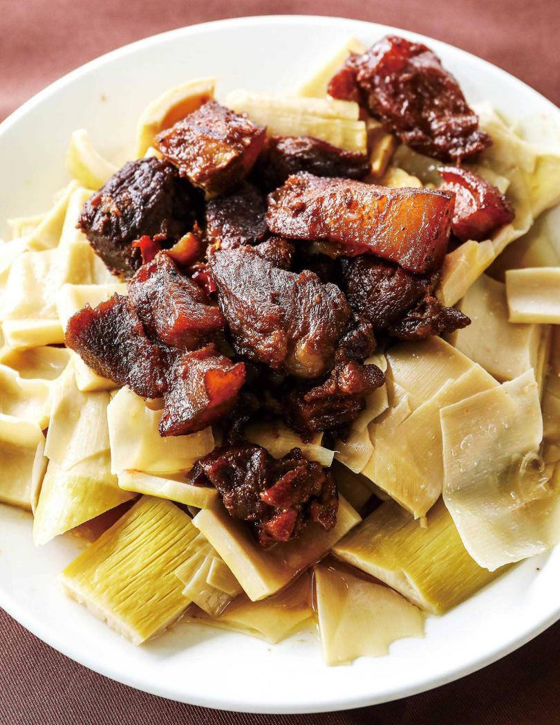 以在地食材烹煮的風味餐,很受歡迎,其中這道竹筍滷肉鹹香入味,非常下飯。(桌菜,平均約250元/人)(圖/焦正德攝)