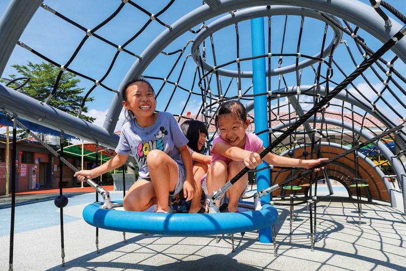 整修後重新開放的「竹崎親水公園」,新增了兒童遊戲區,是小朋友的最愛。(圖/焦正德攝)