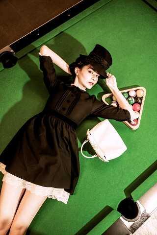 GUCCI黑色短洋裝/110,000元、FENDIPeekaboo 白色手袋/109,000元、Dior Parisien 黑色網紗毛氈紳士帽 /34,500元(圖/莊立人攝)