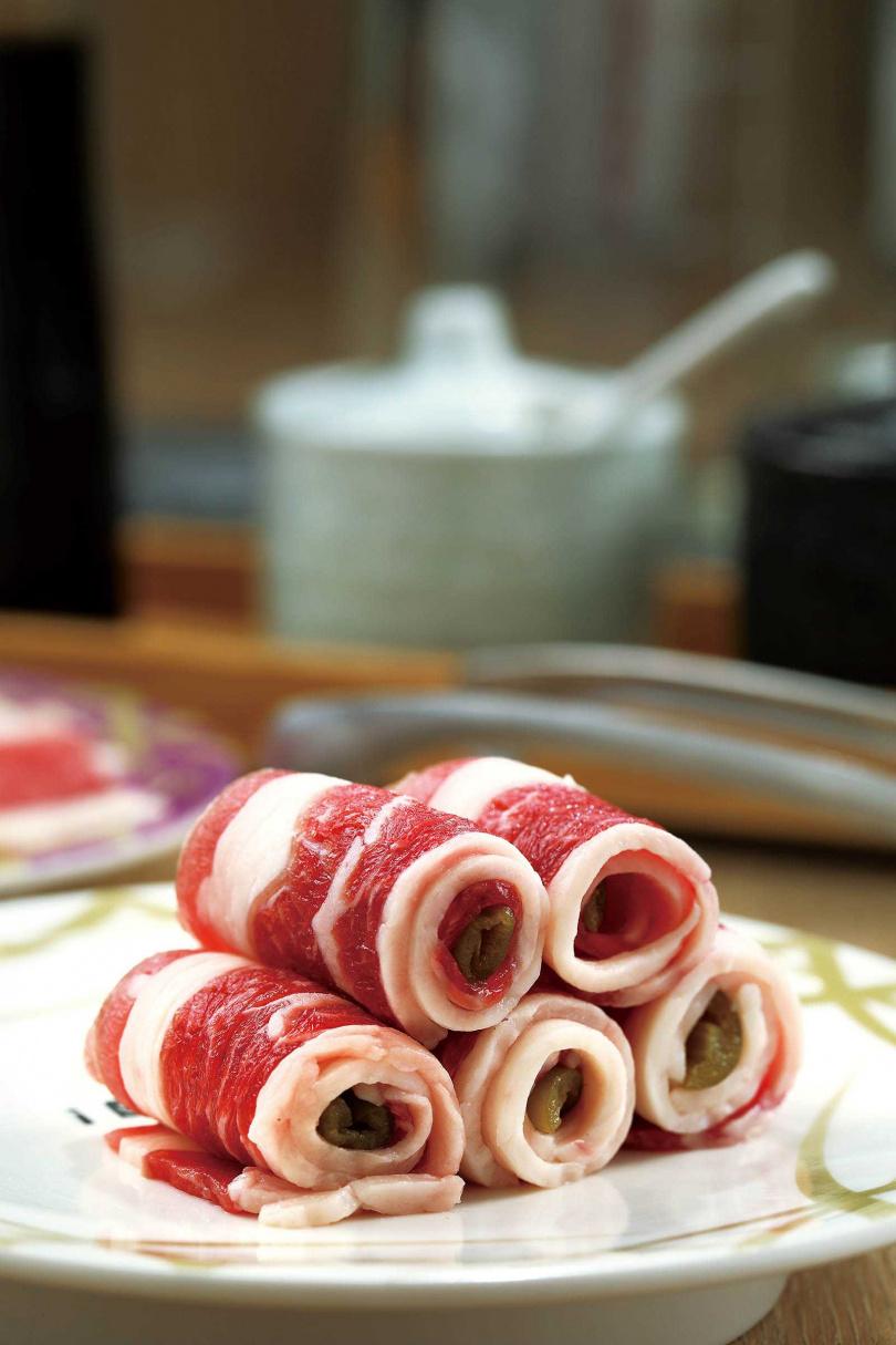 「剝皮辣椒捲」,入喉後微微的辣度能降低五花肉的油膩感。(88元)(圖/于魯光攝)