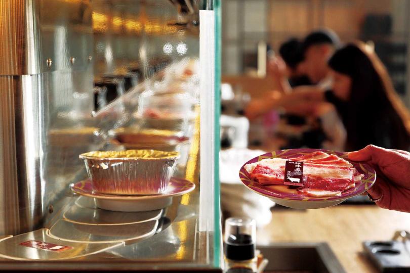 「油花 迴轉吧!燒肉!」用迴轉台的供餐形式,讓客人擁有更高的飲食自由度。(圖/于魯光攝)