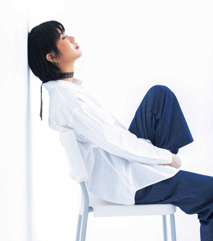 簡約中性風是陳璇的最愛,脖子則綁上絲巾點綴細節。(圖/莊立人攝)