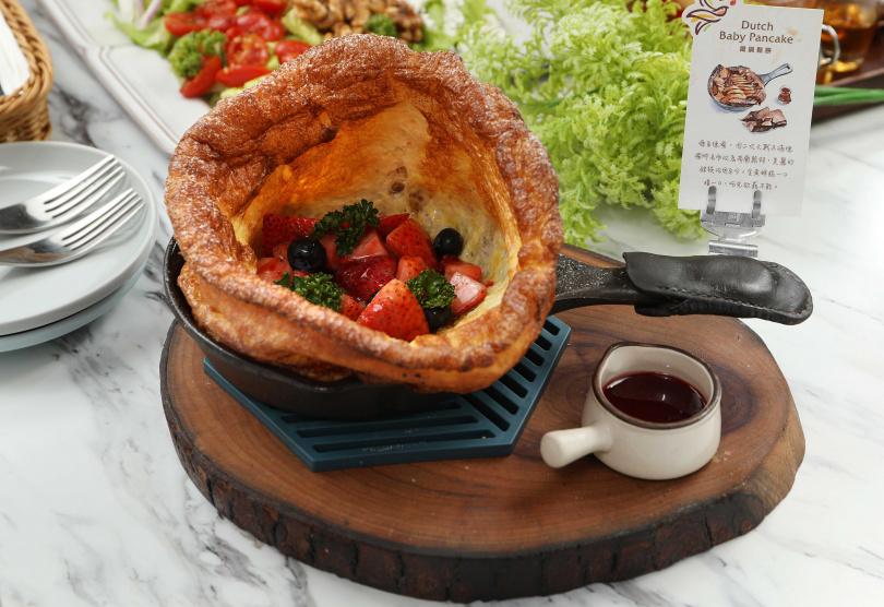 「荷蘭鐵鍋鬆餅」的邊緣烤得金黃酥脆,搭配綜合野莓很容易一口接一口。(260元)