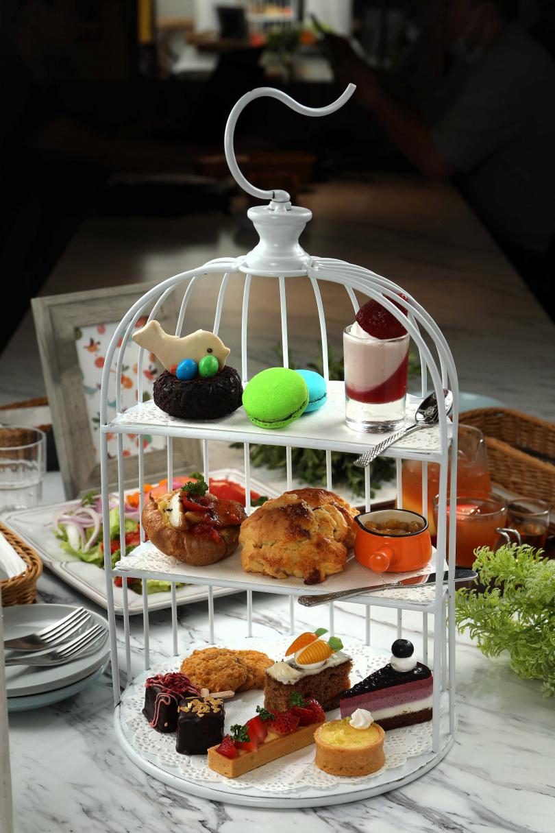 「皇室的秘密」是雙人下午茶套餐,鳥籠造型三層架盛裝每日限量點心,再附兩杯飲品。(799元)