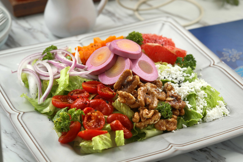 這道「皇室彩虹沙拉」運用7種蔬果及食材組合而成,配色很豐富。