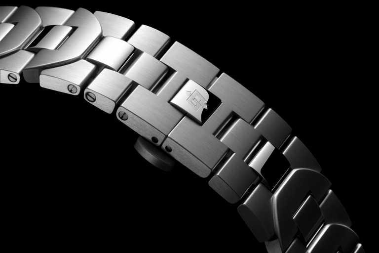 磨砂拋光精鋼錶帶,雙按鈕摺疊式錶釦鐫刻「OP」標誌,另配有快拆錶帶工具。(圖╱PANERAI提供)