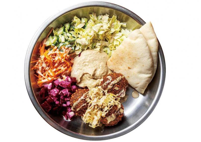 盤裝的炸豆丸子可以用口袋餅沾鷹嘴豆泥吃,就是豐盛的一餐。(125元)(圖/焦正德攝)