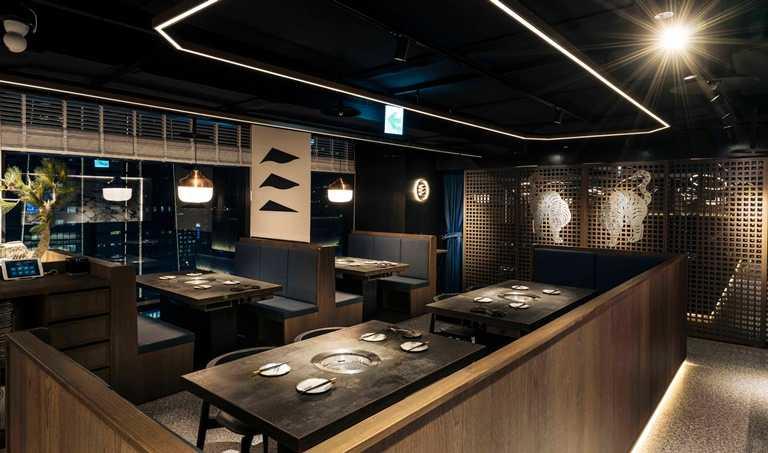 位處14樓的「虎三同」,空間時尚,還可欣賞信義區的夜景。