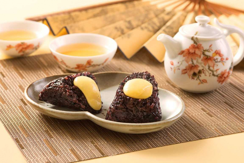 「紫米奶黃流沙粽」。(188元/顆,圖/香格里拉台北遠東國際大飯店提供)