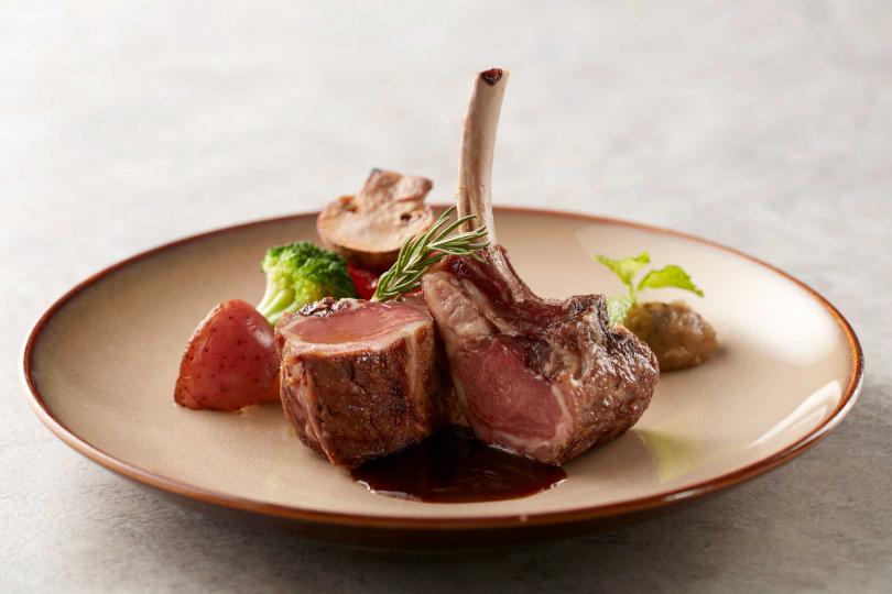 La Farfalla餐廳推出「義饗食憶」全新料理,圖為「炙烤紐西蘭高地和羊排8盎司、薄荷紫茄蓉、紅酒醬汁、季節鮮蔬」。(圖/寒舍艾麗酒店提供)
