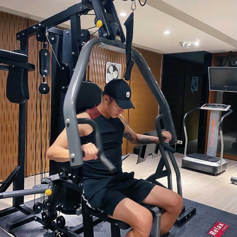 熱愛運動的劉丞,除打網球外也經常健身鍛鍊肌力。(圖/艾迪昇傳播提供)