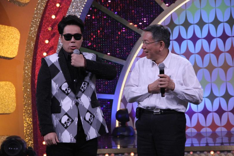 邵大倫(左)模仿蕭煌奇給市長看。(圖/年代MUCH提供)