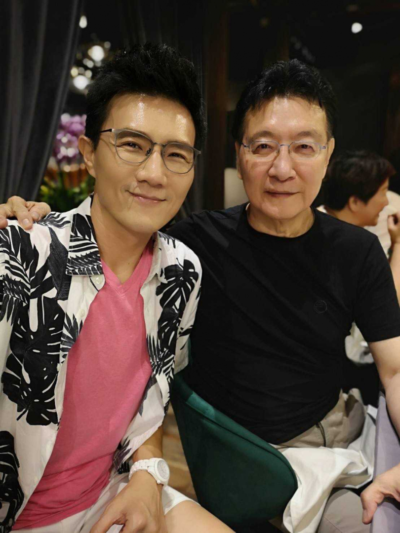 蔣偉文(左)在《國際橋牌社》神還原趙少康。(圖/friDay影音)
